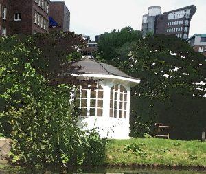 eine Gartenlaube an einem Teich dient als Teehaus - Blick Richtung Schoppenstehl